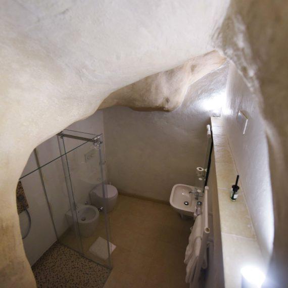Dettaglio bagno privato ricavato nella grotta